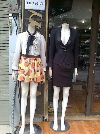 街中に有った婦人服屋さんの店先のマネキン
