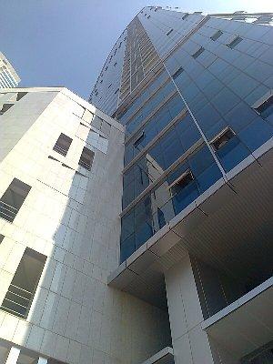 正面玄関から見上げたKeangnam Hanoi Landmark Tower(カンナム ハノイ ランドマーク タワー)の全容