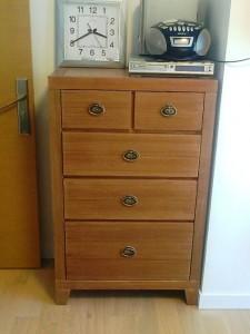 部屋の片隅にあるちょっとした家具も同じ木目調にする徹底さ