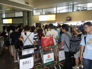 ハノイ空港にて混雑する荷物受け取り場所・・・「なかなか出てこない!」