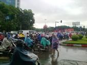 朝のハノイ通勤風景(雨降りです)