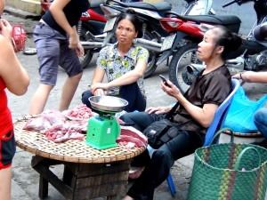 「ドンスアン市場」でたくましくお肉を売るおばちゃん達