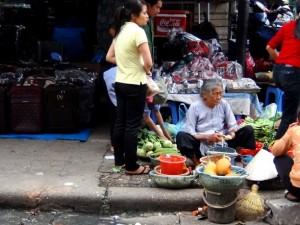 「ドンスアン市場」をたくましく生き抜くご年配の女性