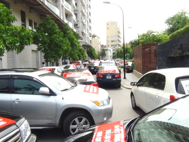 「Golden Westlake」オーナー抗議の路上駐車
