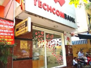 すぐ隣はTECHCOMBANKです