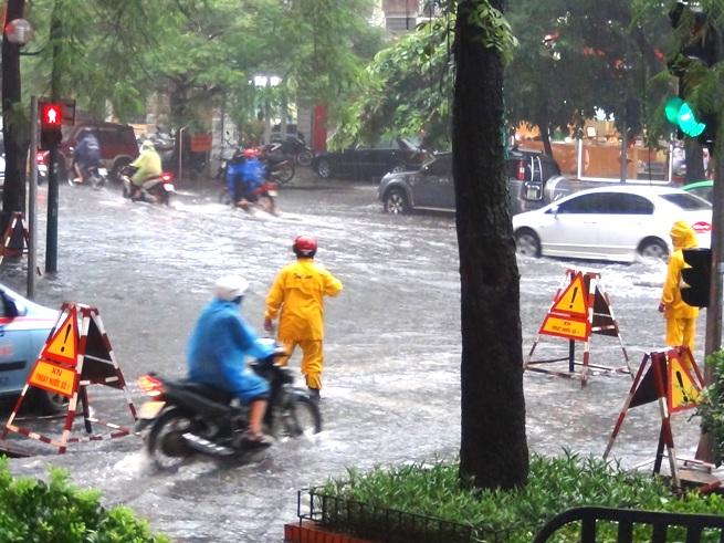 集中豪雨後のハノイの目抜き通り