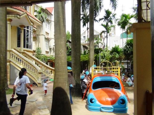 さくらHoaAnhDao幼稚園のお庭で遊ぶ子供たち