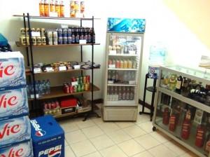 1階の売店「日本のビールももちろんあります」