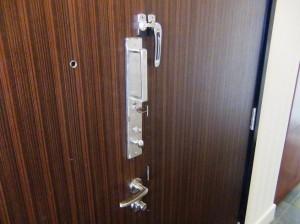 大使館員さんも納得させる玄関扉の二重ロックシステム