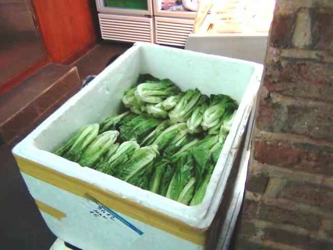 「ヴェジーズ/Veggy's」の2階にダラット産野菜が置いてあります
