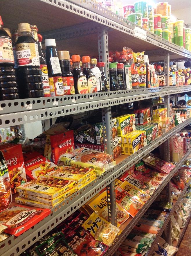 日本の商品が所狭しと並んでいます