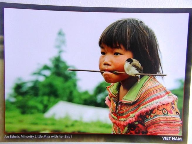 ハノイの孔子廟「文廟」で見つけた写真「水上生活をする子供」