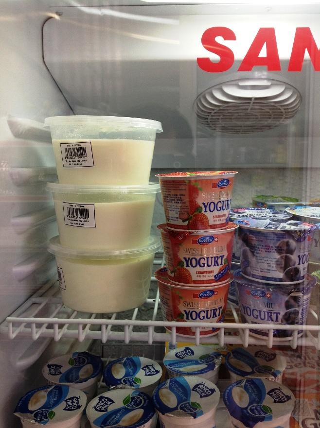 無糖ヨーグルトはなんとこちらのお店で作られたホームメードです(白い入れ物)