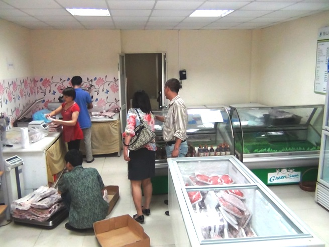 狭い店内に大量のお肉が収められています