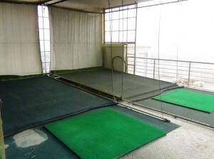 屋上のゴルフの打ちっ放し場