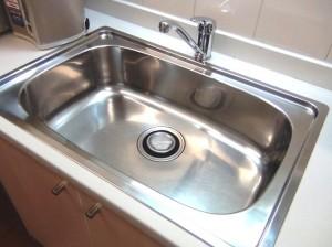 広いキッチンシンク「大きなお鍋も回し洗いできます」