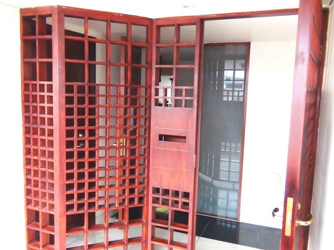 日本のマンションを思い出させる木の格子で組まれた玄関ゲート