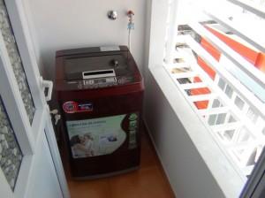 バルコニーにある洗濯機「共同の洗濯機ではなく皆様専用の洗濯機です」