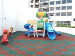 お子様の遊戯スペース(屋内と屋外にもあります)