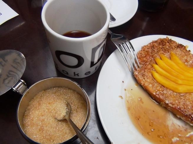 コーヒー砂糖もグラニュー糖ではなく、コーヒーの味を引き立てる砂糖