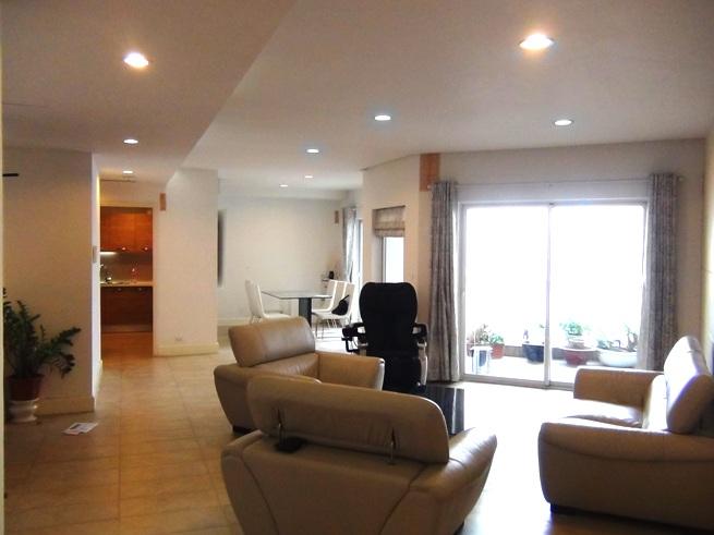 「Golden Westlake」3ベッドルーム(184㎡)のリビングダイニングスペース