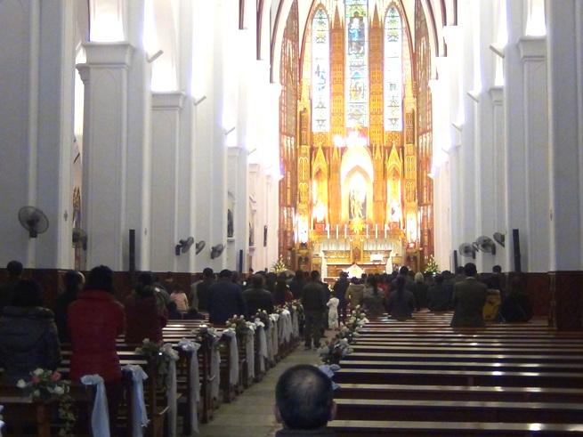 ハノイ大教会の内部「一般の方の結婚式の最中でした」