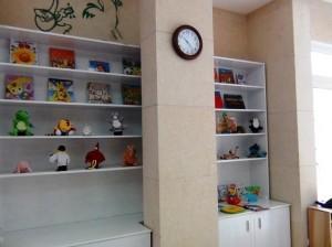 1階の壁面にはお子様の喜びそうな絵本や人形があります