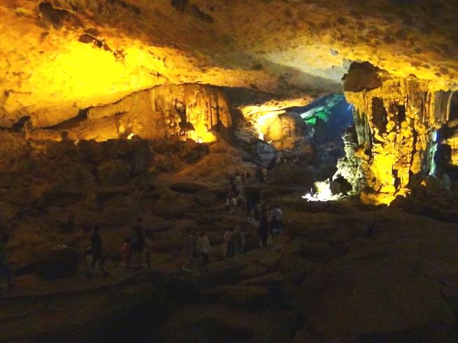 ハロン湾沖の鍾乳洞