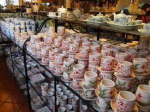 バチャン村の陶器店「セラミックなので割れにくいです」