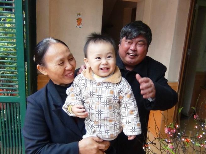 お孫さんの笑顔におじいちゃん、おばあちゃんも幸せそうですね