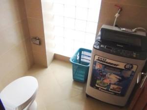 お手洗いに洗濯機が標準装備です