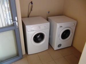 乾燥機と洗濯機がセットでベランダに配備しております