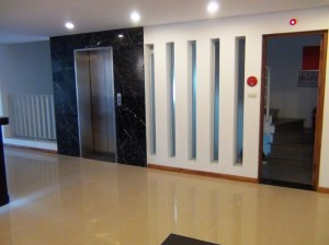 エレベーターホールと非常階段スペース