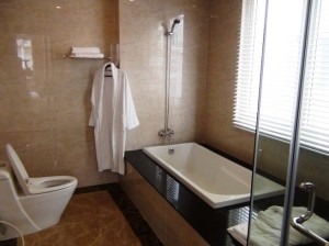バスルームは窓付きです
