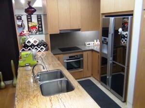 カウンターキッチンスペース「日立の大型冷蔵庫が特出しています」