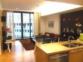 16階部分、3ベッドルーム(116㎡)2.500ドル、家具にこだわるオーナーのリビングルームの風景
