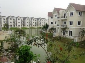 人口の川をあしらえたVincom Villageの街並み