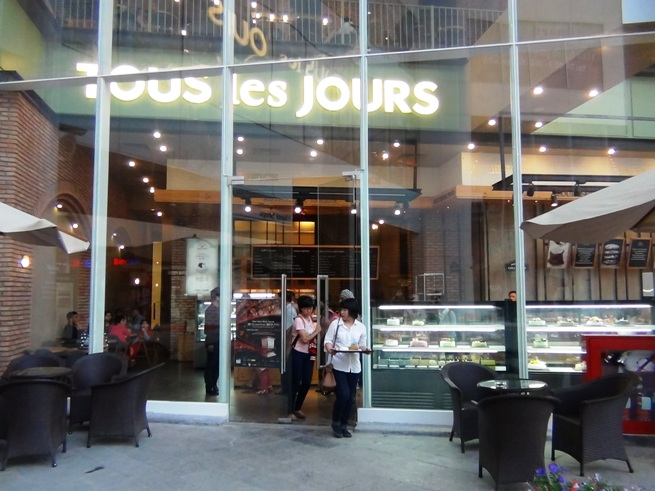 「TOUS les JOURS」は若者と奥様方でいつも賑わっています