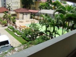 敷地内にはプールやフィットネスジムも併設されています