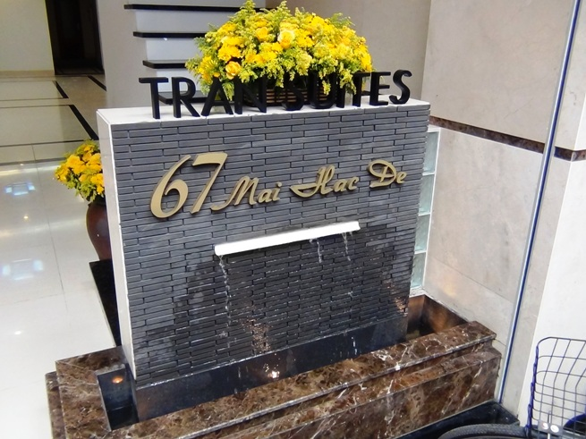 「67 Mai Hac De通り」の新築サービスアパートの表札モニュメント