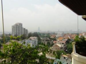 8階の窓からみた景色「向こうにタイ湖が見えています」