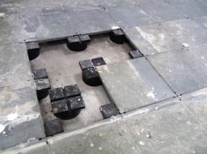 床は2重床で金属製の補強床ですので、銀行の金庫が乗っても大丈夫に設計されています