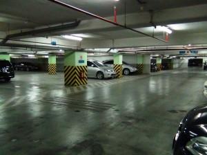 地下駐車場「地下5階分が全て駐車スペース。ハノイでも屈指の収容能力のあるビルです」