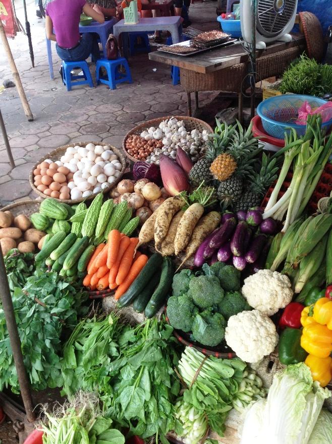 近郊農家が持ってきたみずみずしい野菜の数々(リンラン市場にて)