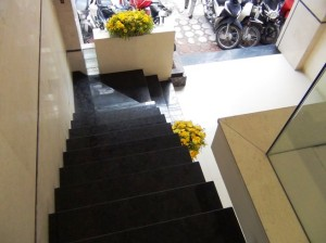 階段もおしゃれな雰囲気です