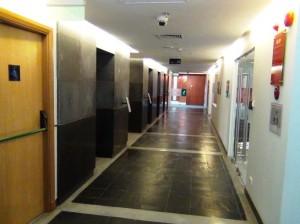 廊下スペース「各国大使館から邦銀など、一流企業がテナントとして入っています」