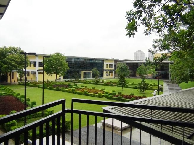 UNISの敷地内「緑がたっぷりで綺麗に整備された学校ですね」