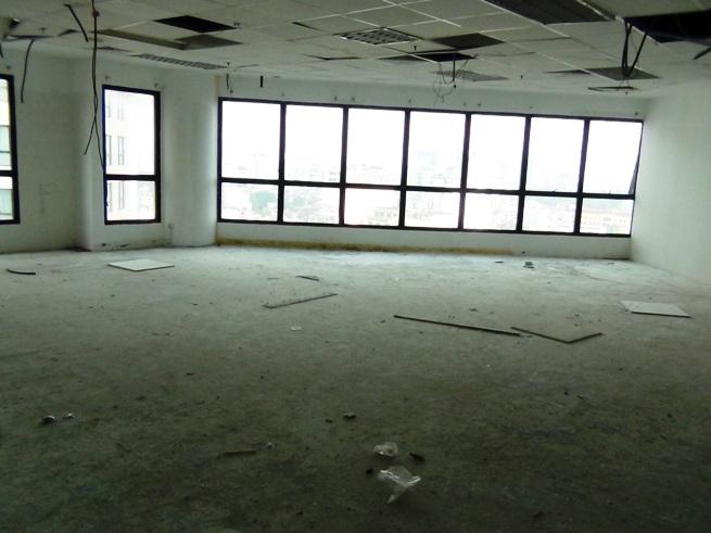 壁面と天井、エアコン設置はビル側で仕上げてくれます(141㎡オフィススペース)