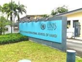 UNISの正門入り口前