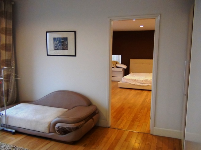 メインベッドルームの手前には小さなリビングスペースがあります